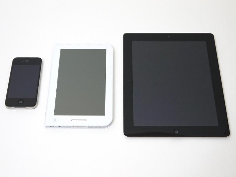 iPhone 4S(左)、iPad 2(右)との比較。7型ということでサイズ的には両者のほぼ中間に当たる。厚みはiPhone 4Sに比べて1.7mm、iPad 2に比べて2.2mm厚いが、持った印象ではほとんど変わらない
