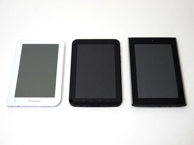 汎用の7型AndroidタブレットであるGALAXY Tab(中央)、GALAPAGOS A01SH(右)との比較。ボディラインを工夫することで薄く見せている両製品に比べ、本製品は全面がほぼフラットで薄さが際立っている