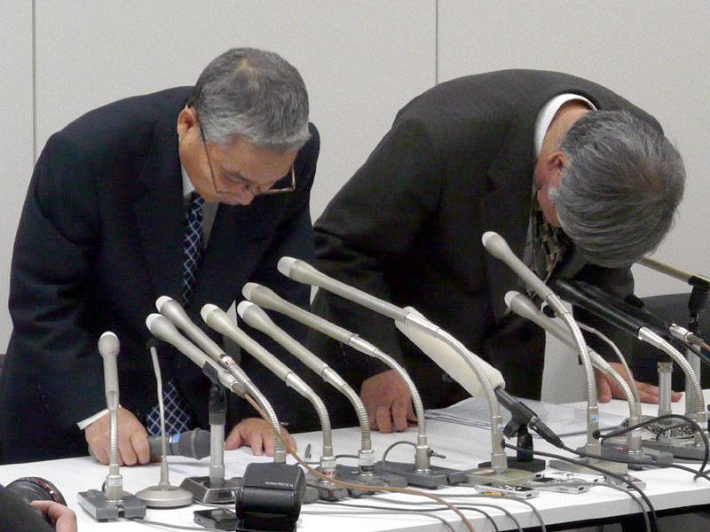 会見の冒頭に謝罪するエルピーダメモリの坂本幸雄社長(左)と白井康雄CFO