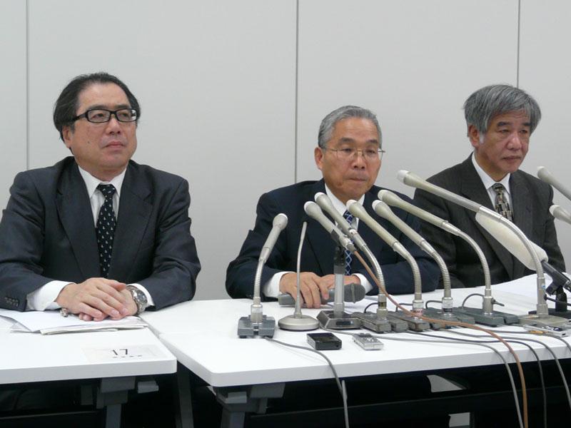 東京証券取引所で会見に臨む、小林総合法律事務所の小林信昭弁護士(左)、坂本社長、白井CFO