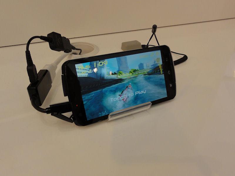 今回開発表明されたTegra 3搭載スマートフォンも自由に触れるようになっていた
