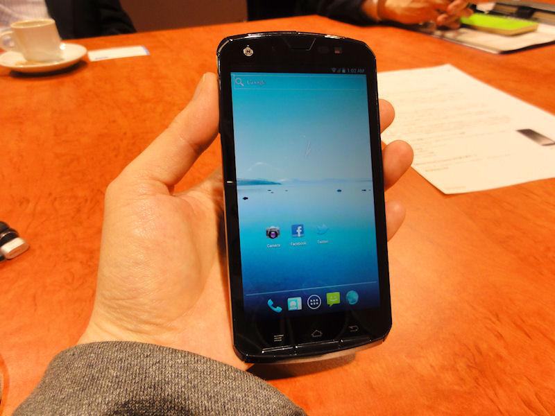 Tegra 3搭載スマートフォン。試作機のため、外観は変更になる可能性がある