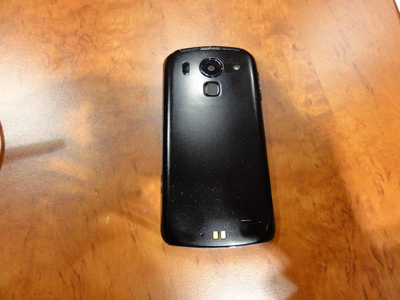 背面。カメラの下にあるのは指紋センサー