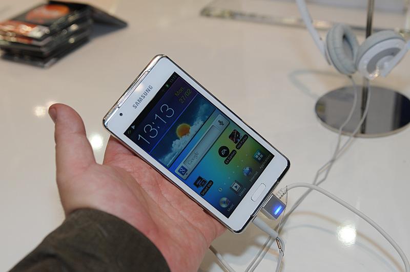 「Galaxy S Wi-Fi 3.6」、「Galaxy S Wi-Fi 4.2」をそれぞれ手にした様子