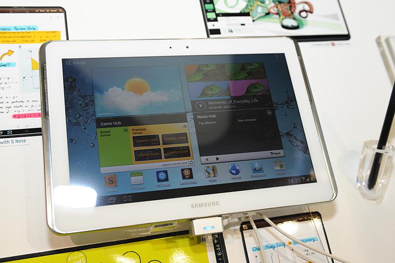 ブースに展示されたGalaxy Note 10.1。販売開始日は明示されていないが、前述のHankil Yoon上席副社長のスライドによれば、2012年の第1四半期中の模様