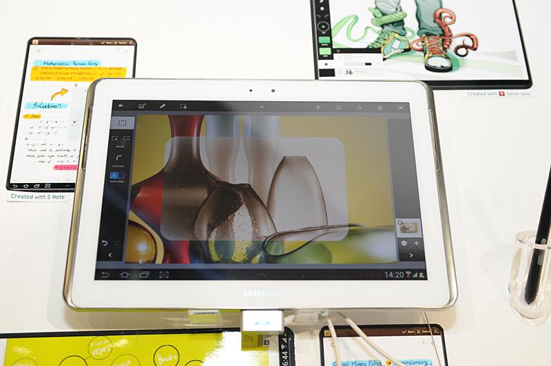 プリインストールされるAdobe Photoshop Touchを起動。サンプル画像に対して範囲指定したうえ、エフェクトをかけてみたところ
