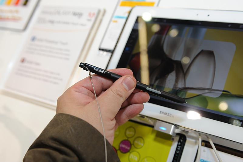 10.1型に付属するS-Pen。5.3型に比べると太く、しっかりとしたもので、握ったイメージとしては通常のボールペンと言ったところ
