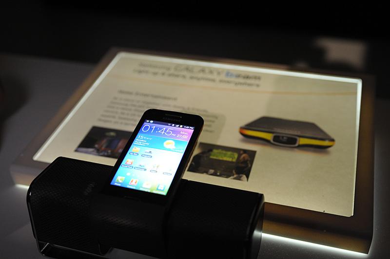 プロジェクタ機能を搭載するスマートフォン「Galaxy Beam」