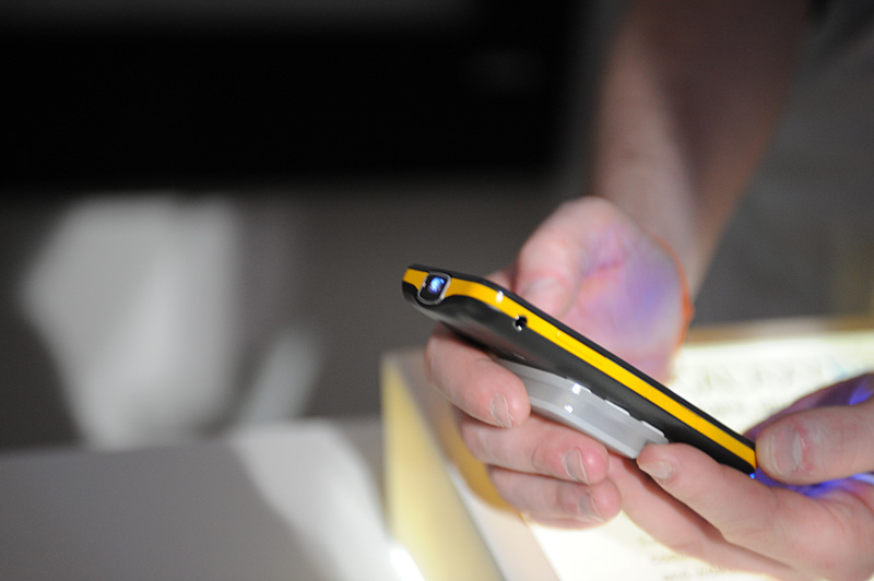 Galaxy Sシリーズに比べるとやや厚めとなる本体。バッテリ容量も2,000mAhと多め。投影だけなら連続3時間程度の稼働が可能とのこと