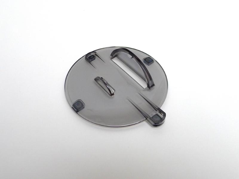 縦置き時用のスタンド固定具の爪で本体に引っ掛ける仕組み。ゴム足も付いている