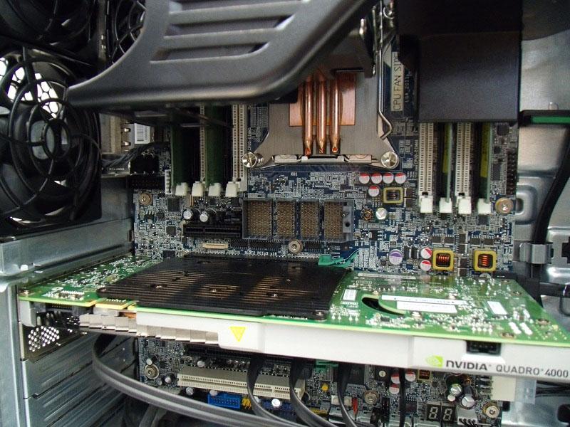 マザーボードとは専用コネクタで接続する