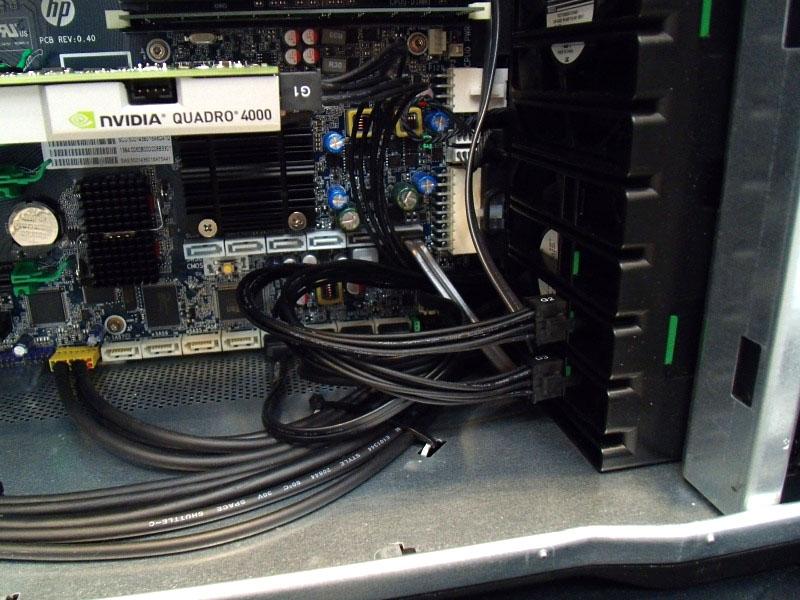 不要のビデオカードケーブルは、ベイ後部に格納できる