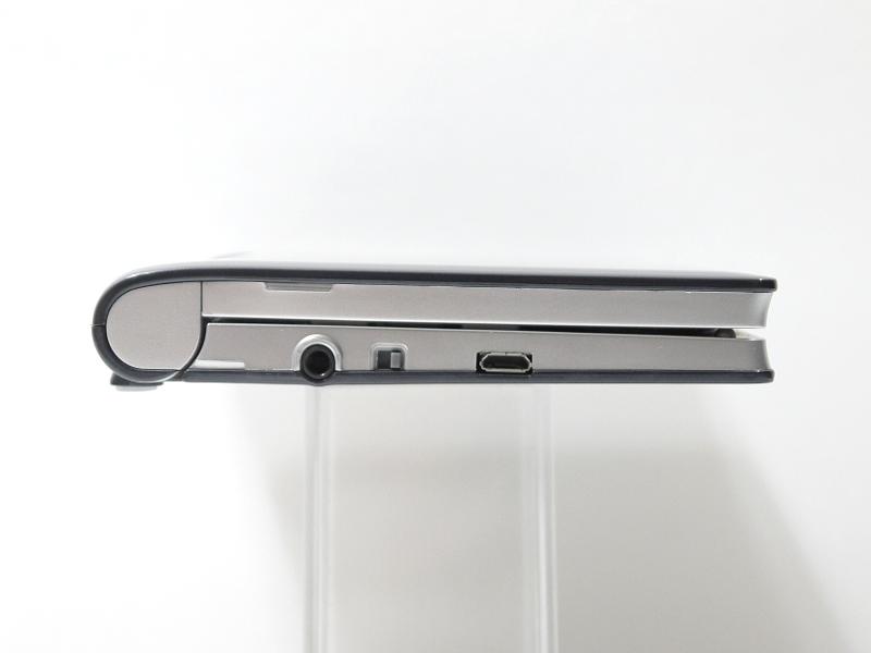 左側面。イヤフォンジャック、音声出力切替スイッチ、microUSBコネクタを装備。従来モデルから変更はない
