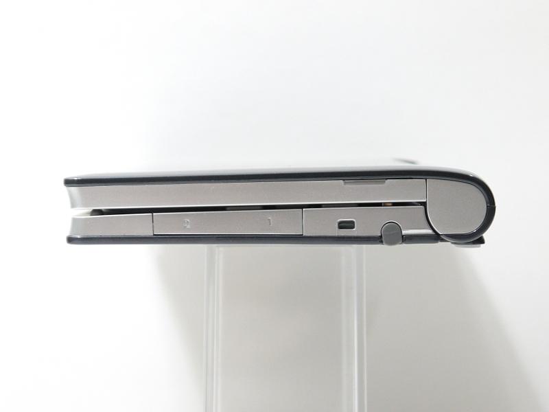 右側面。microSDスロット×2、ストラップホール、タッチペン収納スロットを装備