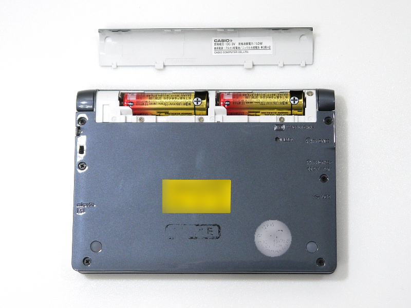 ヒンジ部に単3電池×2本を収納。エネループおよびエボルタ充電池も利用できる