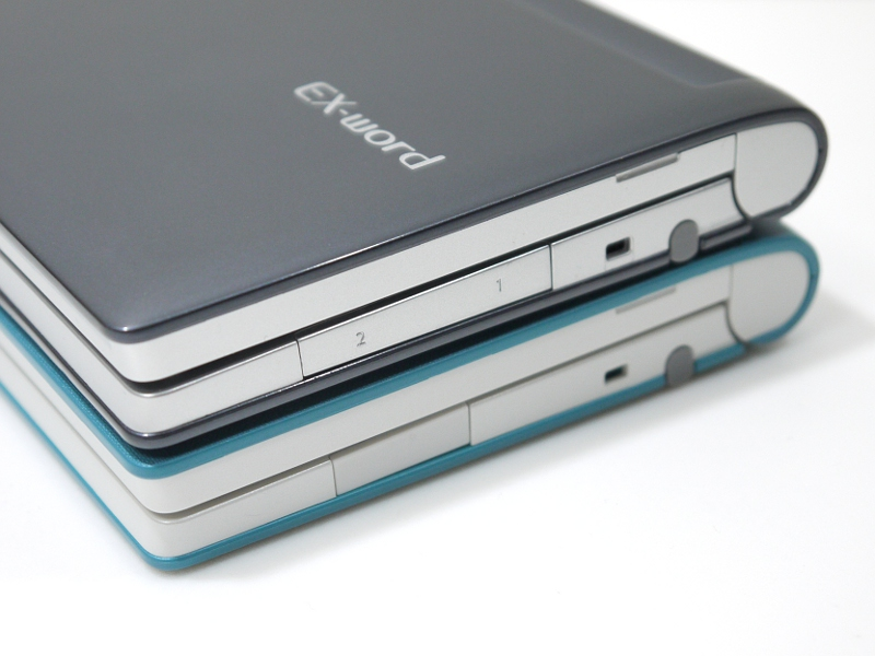 メモリカードスロットの幅が広がった以外は、従来モデル(下、XD-B8500)とは外見上の相違はない