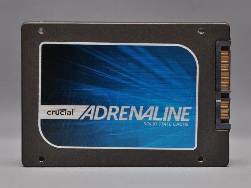 付属SSDは、ロゴシールこそ異なるが、形状はCrusial m4 SSDと同じだ