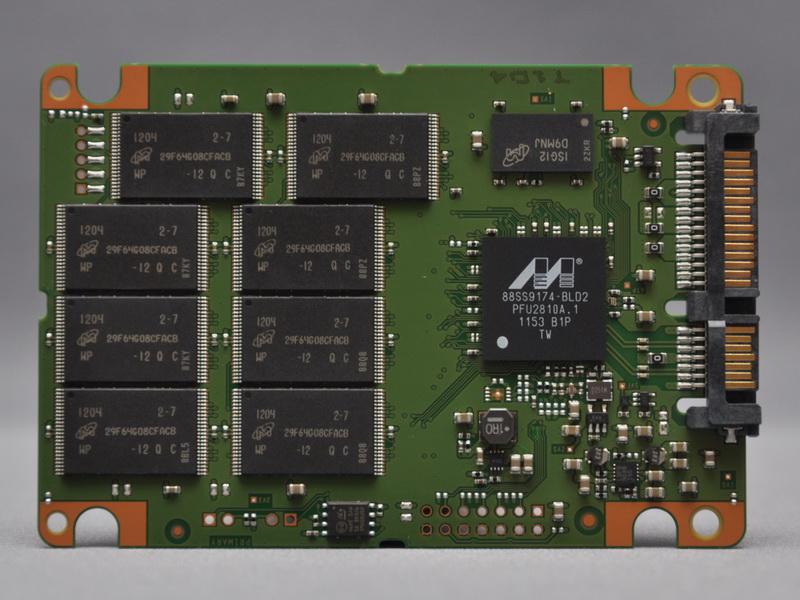 内部基板。コントローラはMarvell製の「88SS9174-BLD2」、NANDフラッシュメモリはMicron製25nmプロセスの64Gbit MLC NANDフラッシュメモリチップ「29F64G08CFACB」を8個、キャッシュメモリはMicron製の1Gbit(128MB)DDR3 SDRAMチップ「ISG12-D9NMJ」をそれぞれ搭載