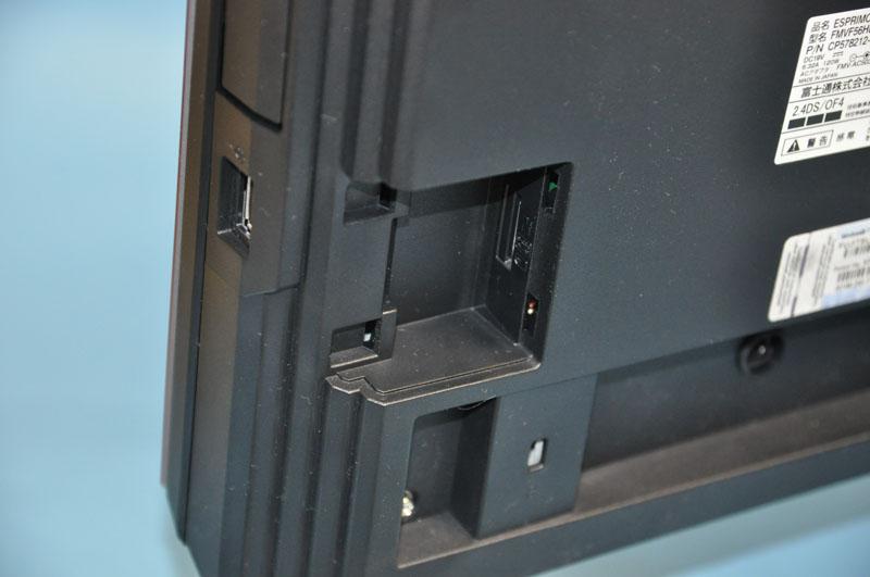 背面左側のカバーを開けることで、1つめのminiB-CASカードスロットにアクセスできる