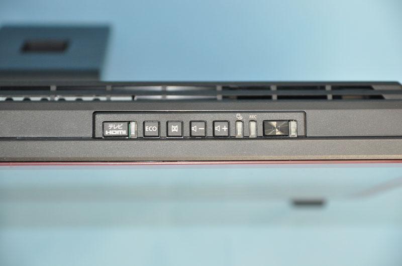 上面には、クイックテレビ/外部入力ボタンやECOボタン、画面オフボタン、音量調節ボタン、電源ボタンが用意されている