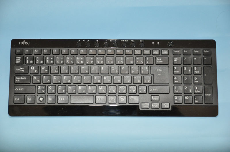ワンタッチボタン付きのワイヤレスキーボードが付属。アイソレーションタイプのキーボードで、キー配列も標準的なので快適にタイピングが可能だ