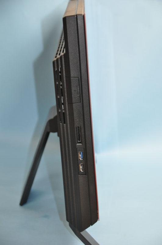 左側面には、ダイレクト・メモリースロットとUSB 3.0、USB 2.0(電源オフUSB充電機能対応)が用意されている