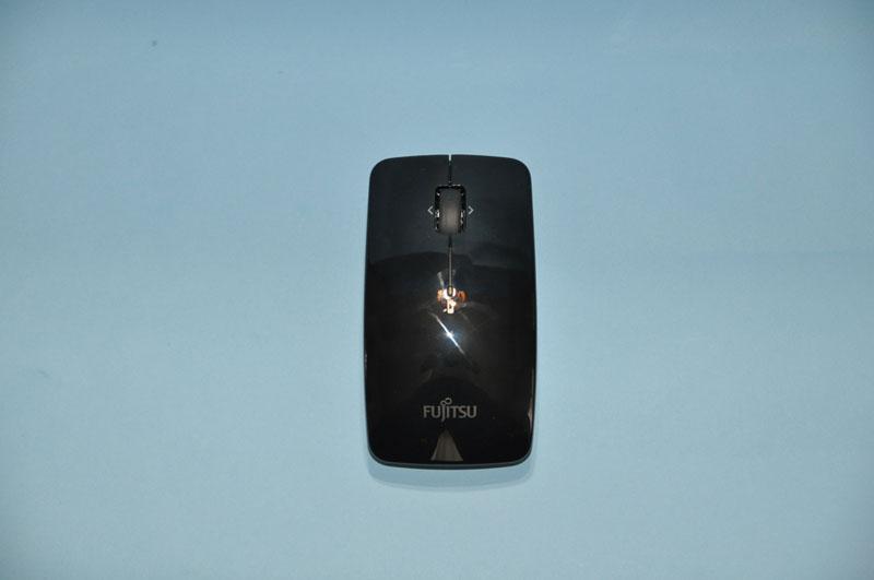 レーザー方式のワイヤレスマウスが付属。戻る・進む機能も備えている