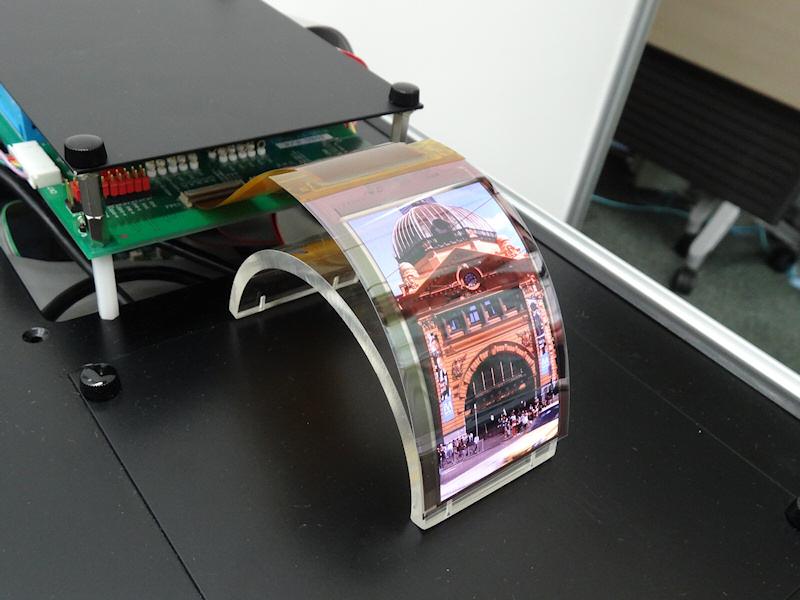 精細なだけでなく、このような曲がるフィルム状の製品も実現できる