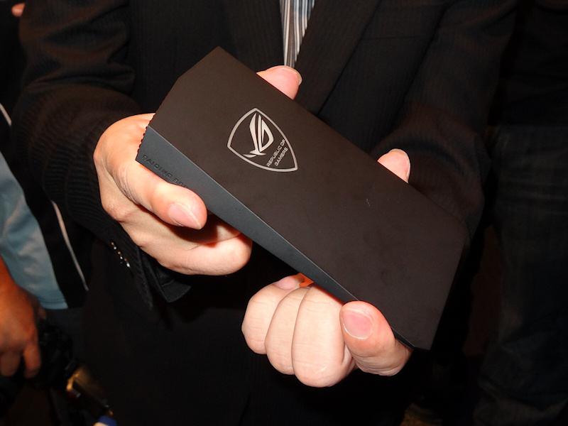 参考展示された、ROGブランドのThunderbolt SSD