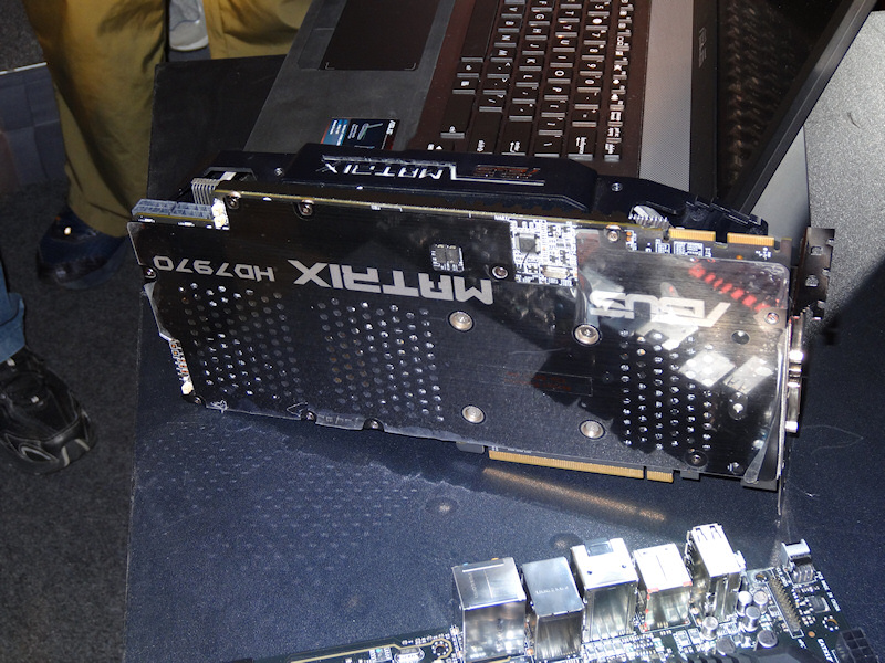 Radeon HD 7970搭載の「MATRIX HD 7970」。Maximus V Extremeなどに搭載されるオーバークロック機能「ROC OC Key」に対応し、クロックや電圧を調整可能。電源は20フェーズ