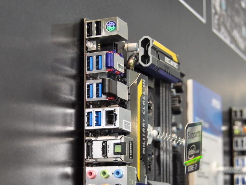 Z77 MPowerは、標準で無線LANとBluetoothを搭載する