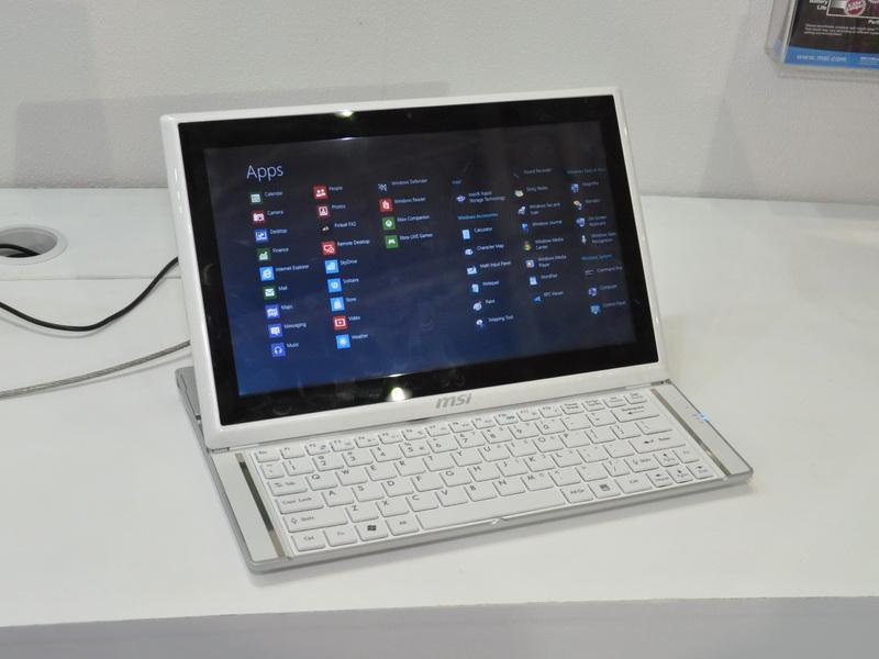 液晶部を後方にスライドさせるとキーボードが現れ、引き起こすとでノートPC同等に利用できる