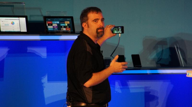 中国で販売が開始されたLenovoのIAプロセッサ搭載スマートフォンを利用したデモ