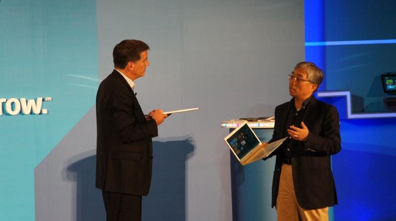 Acer 社長 ジム・ワン氏(右)はタッチ機能搭載クラムシェル型Ultrabookをデモ