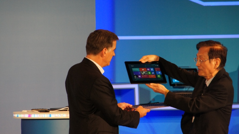 ASUSTeK 会長 ジョニー・シー氏(右)は分離型Ultrabookやコンバーチブル型Ultrabookをデモ
