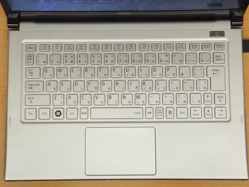 日本語配列のキーボード。カーソルキー上下や、半角/全角キー、変換/無変換などが小さめで、そのほかは均等な大きさ