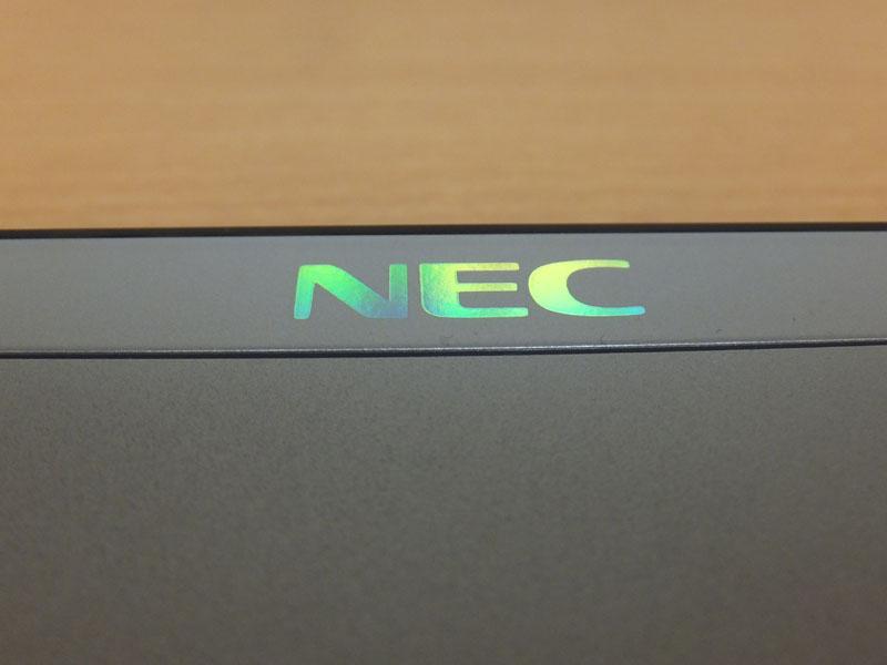 ホログラムの「NEC」ロゴ