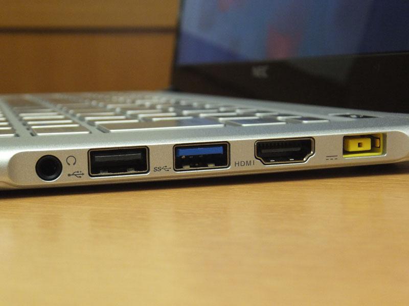 右側面のインターフェイス。左からミニジャック、USB 2.0、USB 3.0、HDMI出力、電源コネクタ