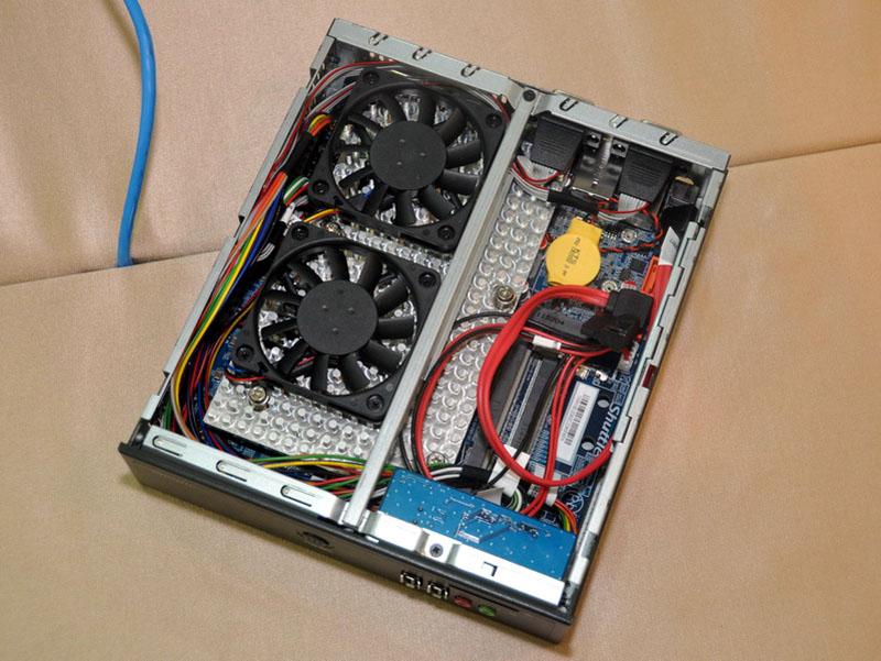 DS61の内部。さすがにこちらはファンレスではなく、大型ヒートシンクには2個の薄型8cm冷却ファンが取り付けられている