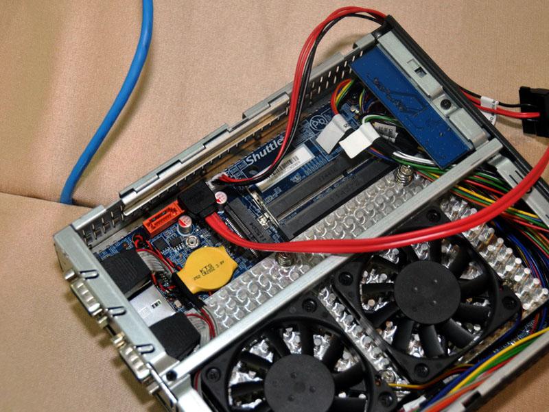 DS61は、メインメモリ用のSO-DIMMスロットが2本とmSATAポート、SATA 3Gbpsポートを2個用意。ただしドライブベイは2.5インチHDD/SSD用のベイ1個のみ
