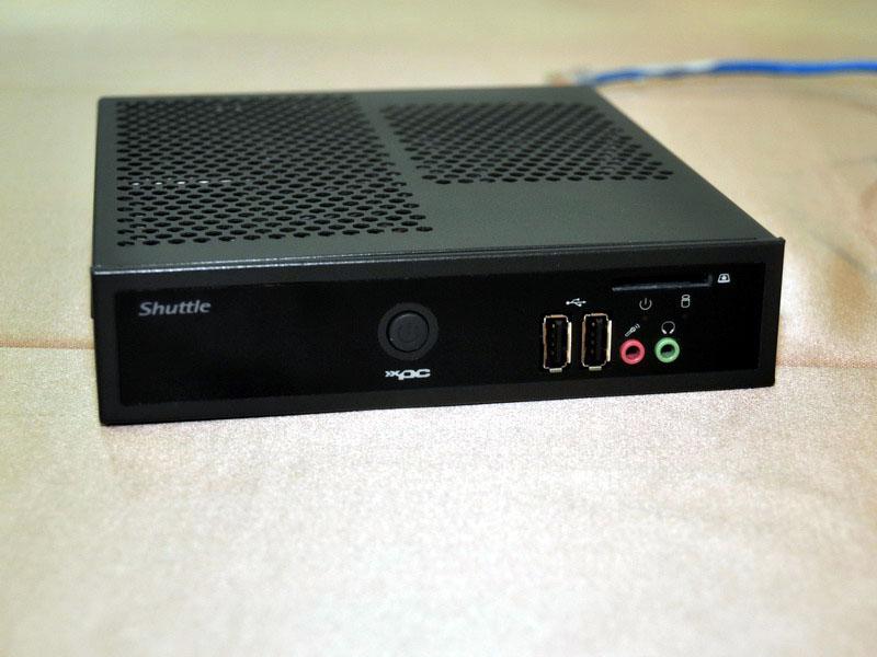 DS25の前面もDS61と同じで、USB 2.0×2とマイク、ヘッドフォン端子、メモリカードスロットを備える