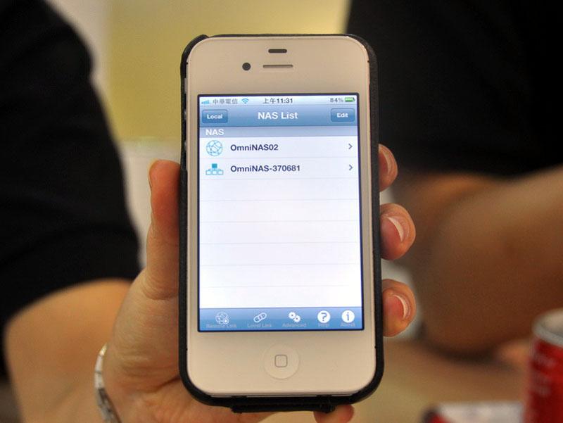 iPhoneやAndroid端末などで専用アプリを利用し、OMNINAS KD20に外出先からも簡単に接続し、ファイルの転送が可能