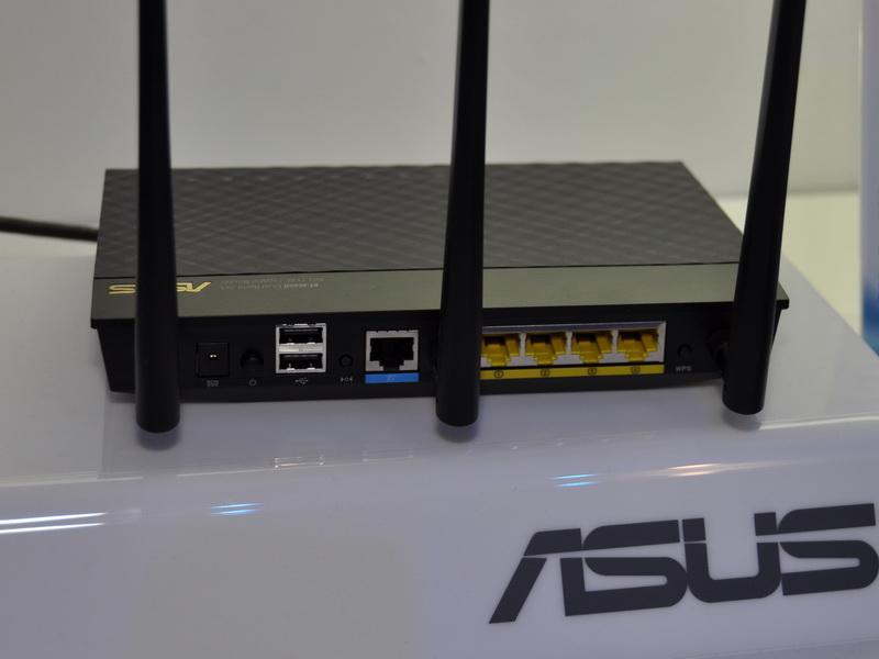 薄型の横置きボディで、背面に3本のアンテナが取り付けられている。また、USBポート、WANポート、Gigabit Ethernet対応のLANポートが4個ある
