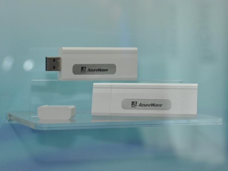 USB接続のIEEE 802.11ac対応無線LANクライアント。USB 2.0接続のため、データ転送速度は非公開。速度はフルに発揮されないものと思われる