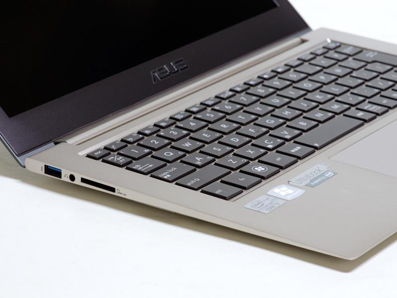 左側面USB 3.0×1、音声入出力、SDカードスロット