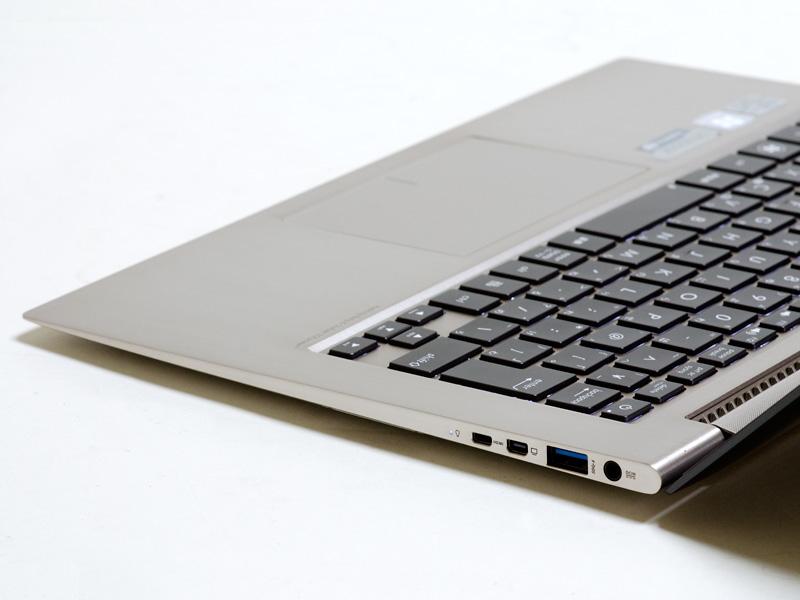 右側面。電源入力、USB 3.0×1、miniVGA、microHDMI出力、PowerLED