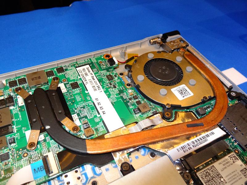 ヒートシンク。ヒートパイプはCPUだけに伸びており、チップセットは内部の吸排気だけで排熱する