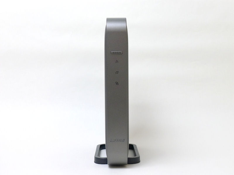 WZR-D1100H本体正面。AOSSボタンの下に、無線LAN、ルーター、インターネット、ロゴのランプが並ぶ