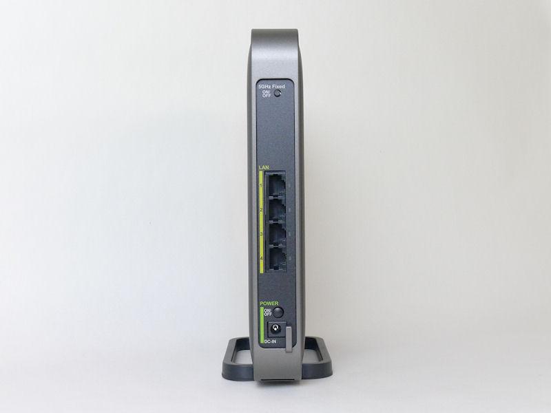背面には5GHz帯固定利用モードボタン、1Gbps有線LANポート×4、電源ボタン、AC電源コネクタ