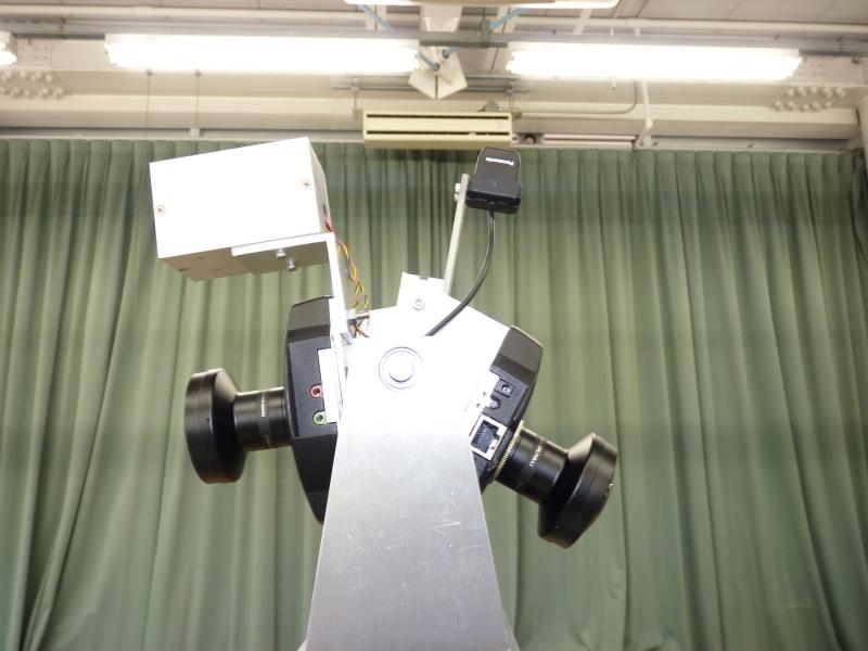 高所カメラ。左側が前。前後に広角のPTZカメラ、その上にサーモカメラ(四角い箱状のもの)と天井カメラ